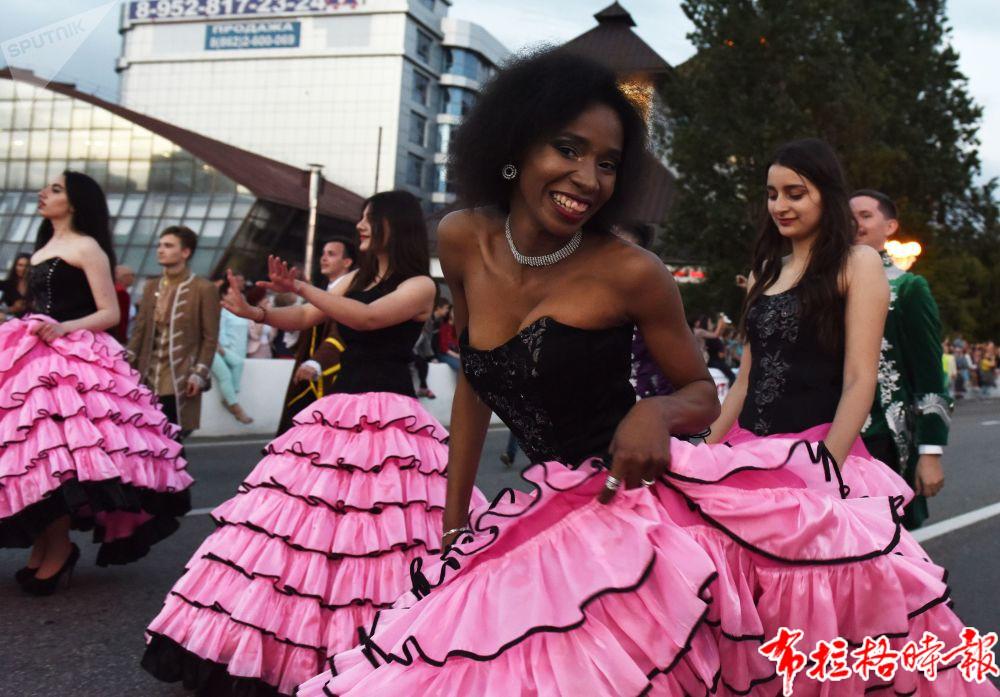 庆祝索契疗养季正式开始的嘉年华活动上的参与者。