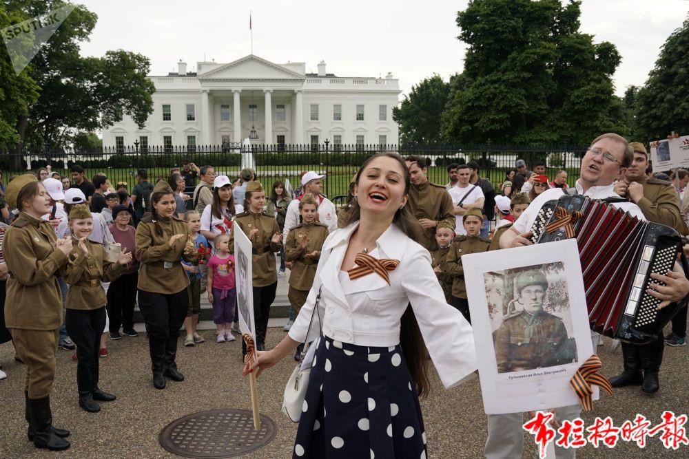 """华盛顿街道上""""不朽军团""""活动游行开始前的参与者。"""