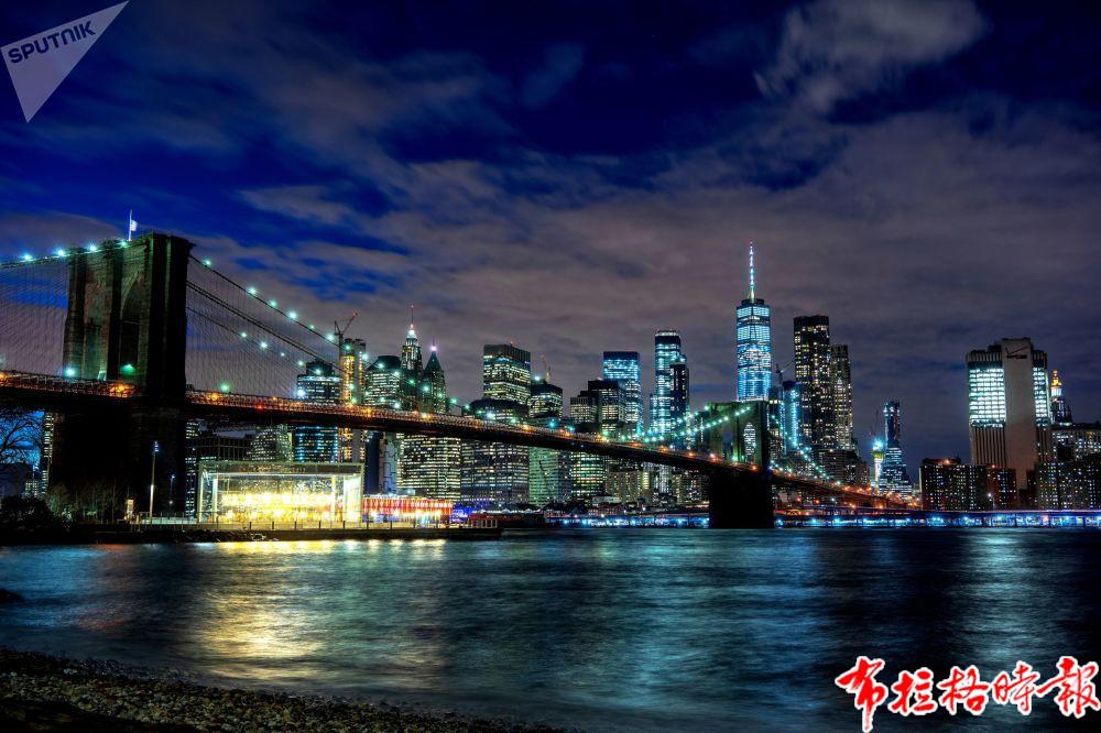纽约布鲁克林大桥的夜景。